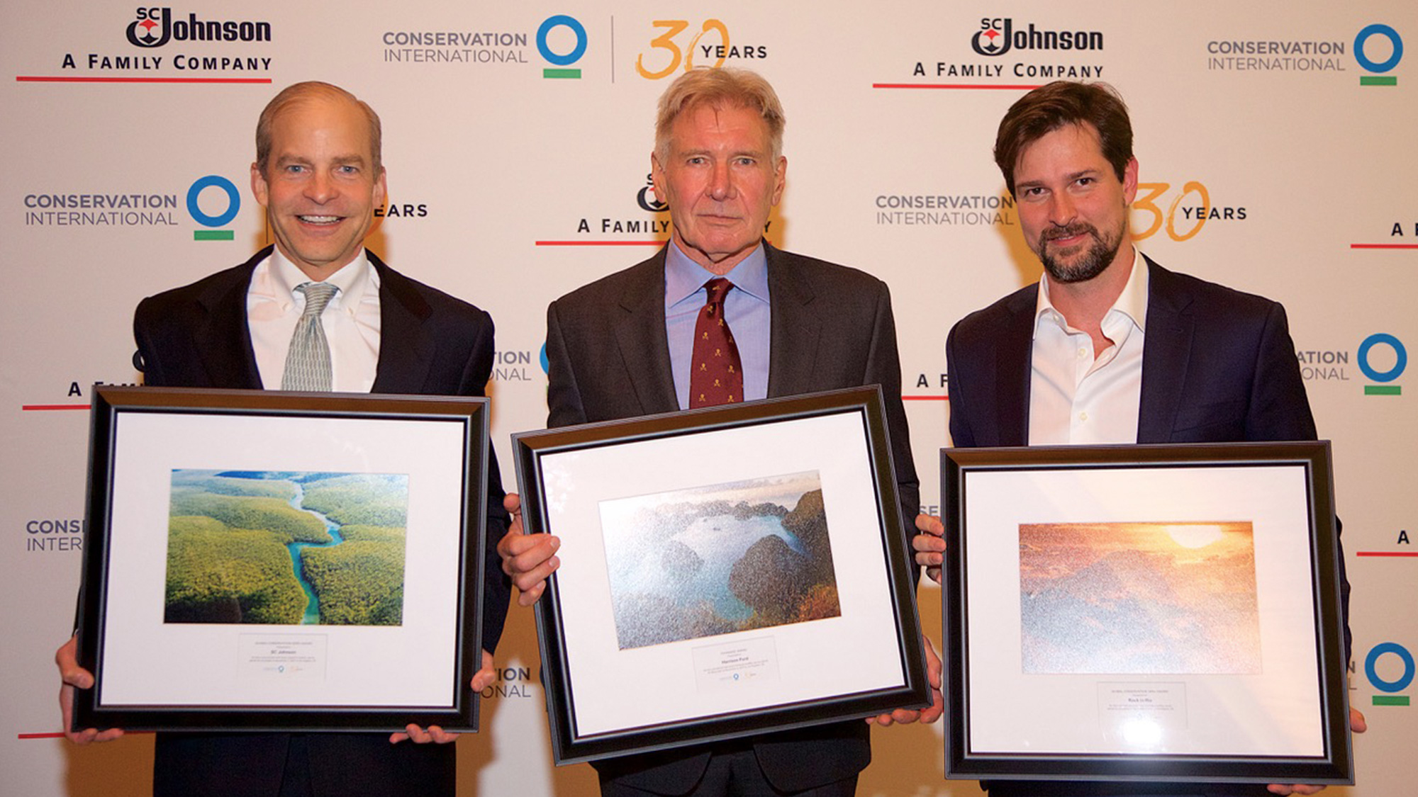 Fisk Johnson, Harrison Ford e Luis Justo aceitam o prémio Global Conservation Hero da Conservação Internacional